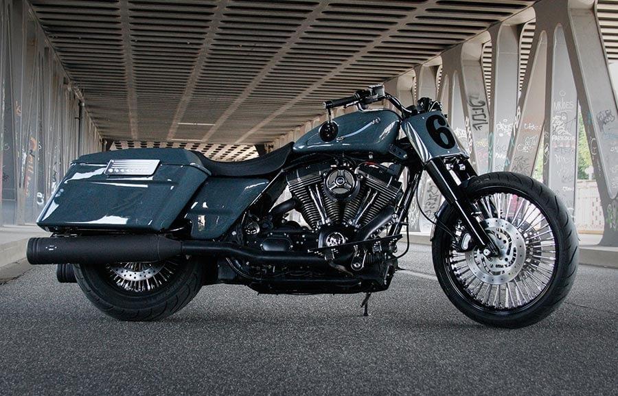 Harley-Davidson Roadking - Streetglide unter einer Brücke 2