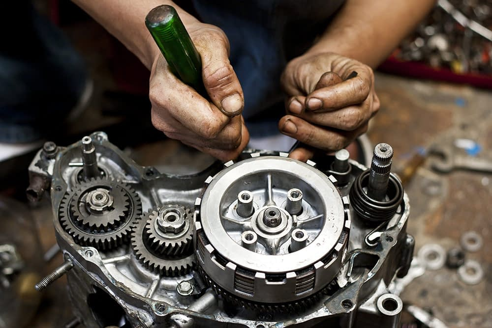 Motorradmechaniker repariert ein Getriebe