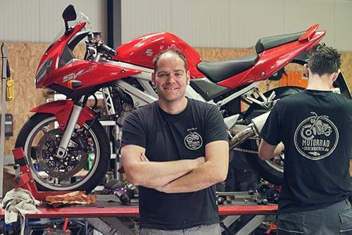 Markus Stryjewski in der Motorradwerkstatt